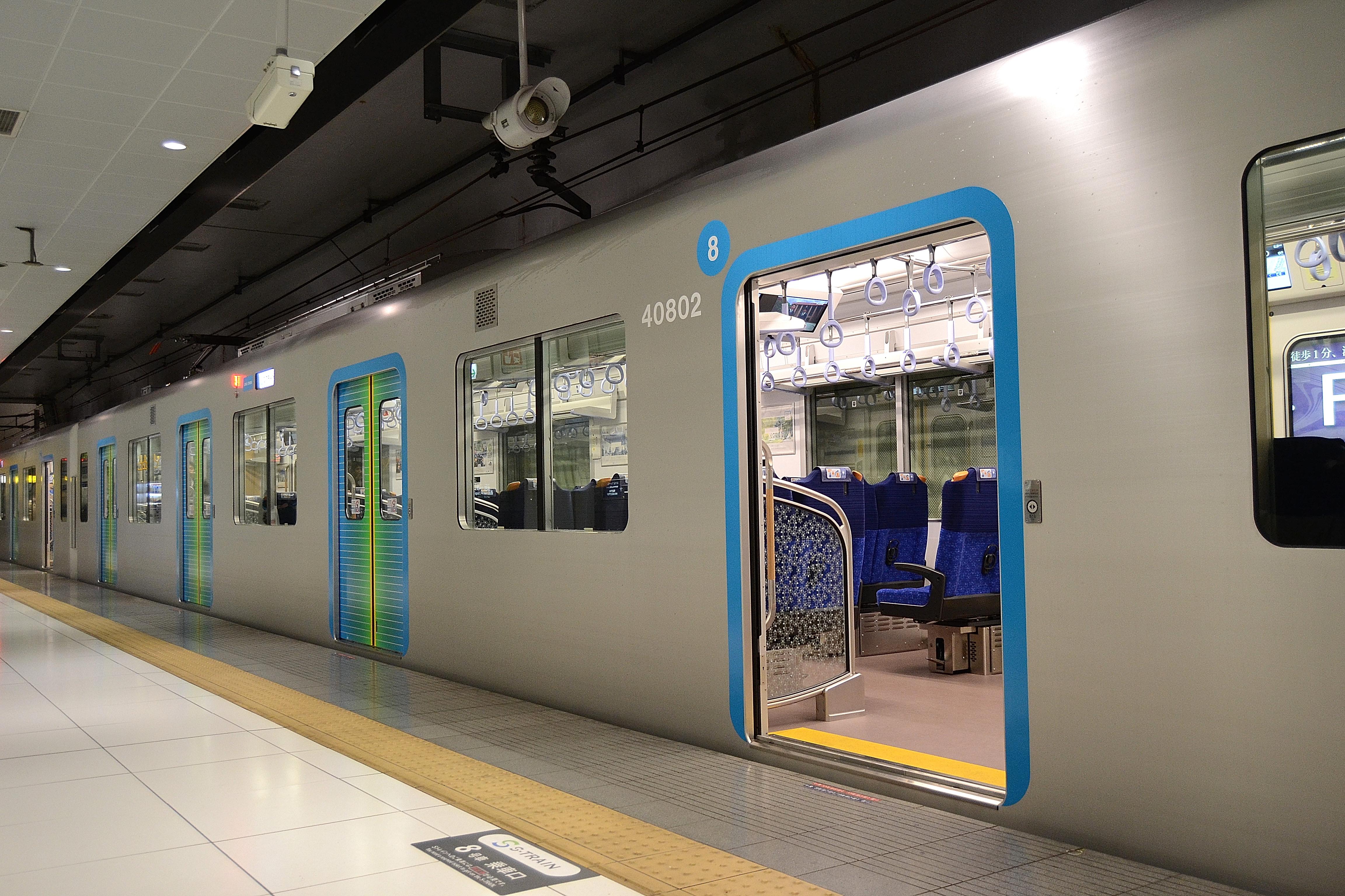 https://upload.wikimedia.org/wikipedia/commons/d/d4/40000kei_Motomachi-Ch%C5%ABkagai_station_train_door.jpg