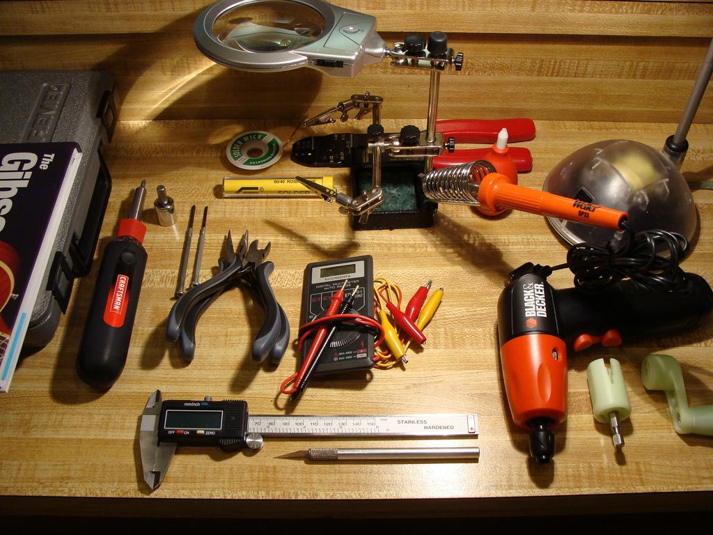 File:Basic guitar toolkit by TT Zop.jpg - Wikimedia Commons