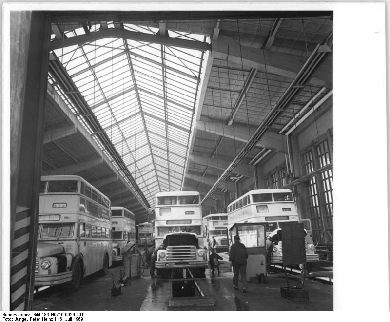 file bundesarchiv bild 183 h0716 0024 001 berlin busbahnhof wei ensee wikimedia. Black Bedroom Furniture Sets. Home Design Ideas