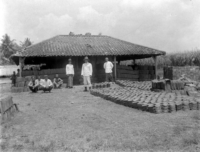 COLLECTIE TROPENMUSEUM Kleine fabriek waar dakpannen worden gemaakt Kasreman %28Paree%29 TMnr 10014174 Foto Kuno: Pare Tempoe Doloe