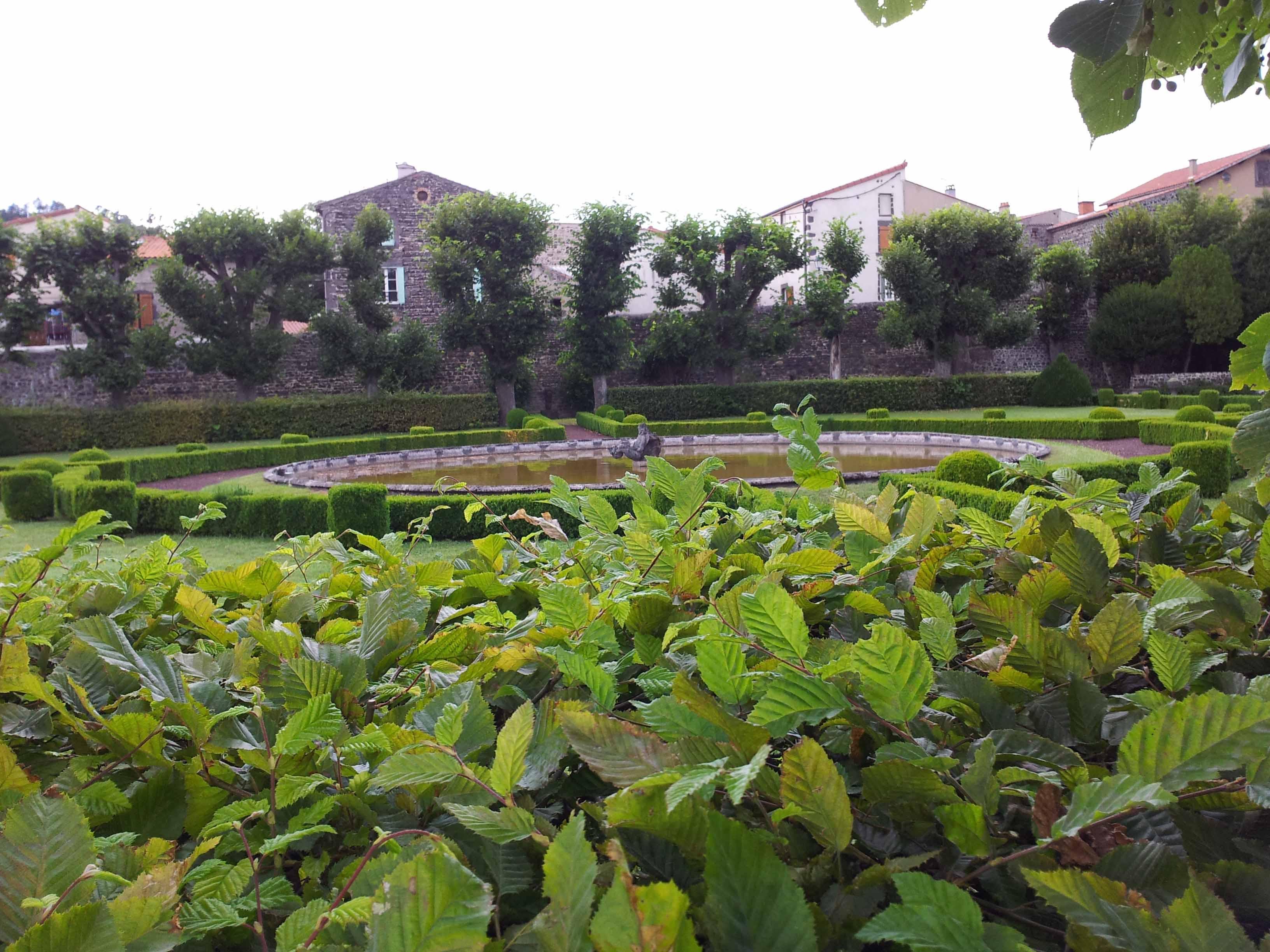 File Ch¢teau d Opme jardin potager et bassin Wikimedia mons