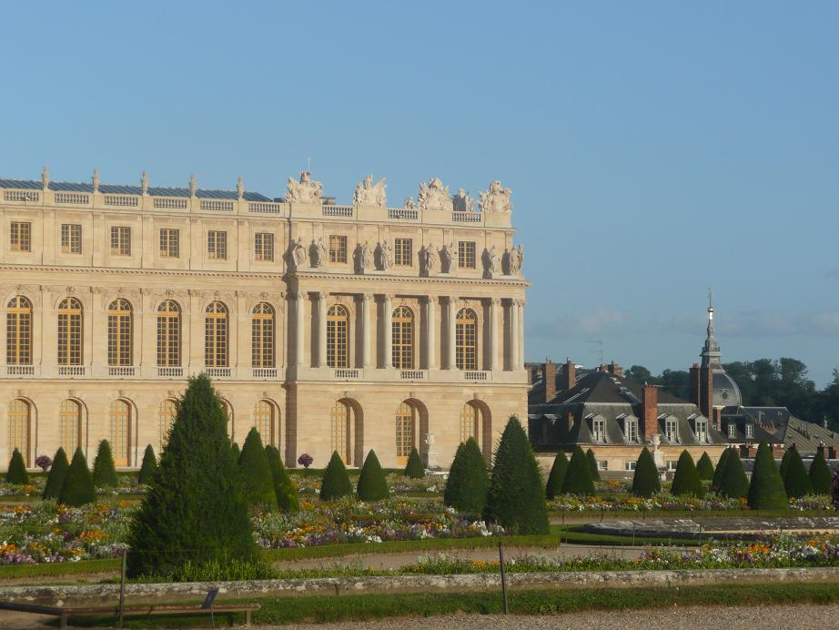 https://upload.wikimedia.org/wikipedia/commons/d/d4/Chateau_de_versailles45.jpg