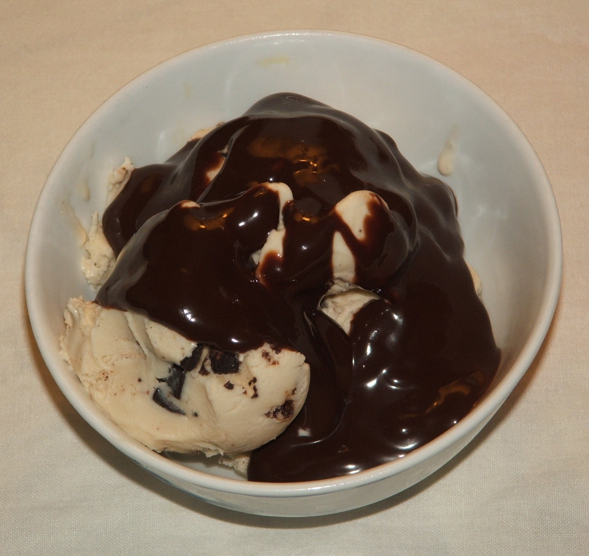 File:Chocolate syrup topping on ice cream.JPG - Wikipedia, the free ...