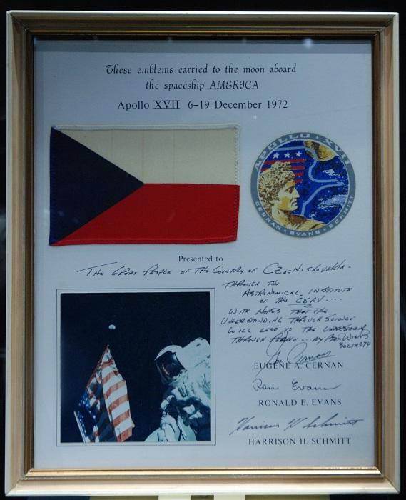 [Obrázek: Czech_flag_on_Apollo17_board.jpg]