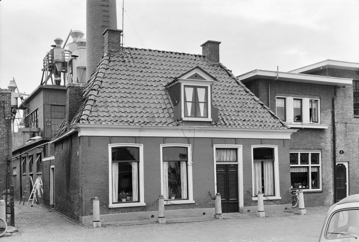 Bestand eenlaagshuis met geschilderde voorgevel houten dakkapel met wangen en timpaan dubbele - Voorgevel met dubbele huid ...