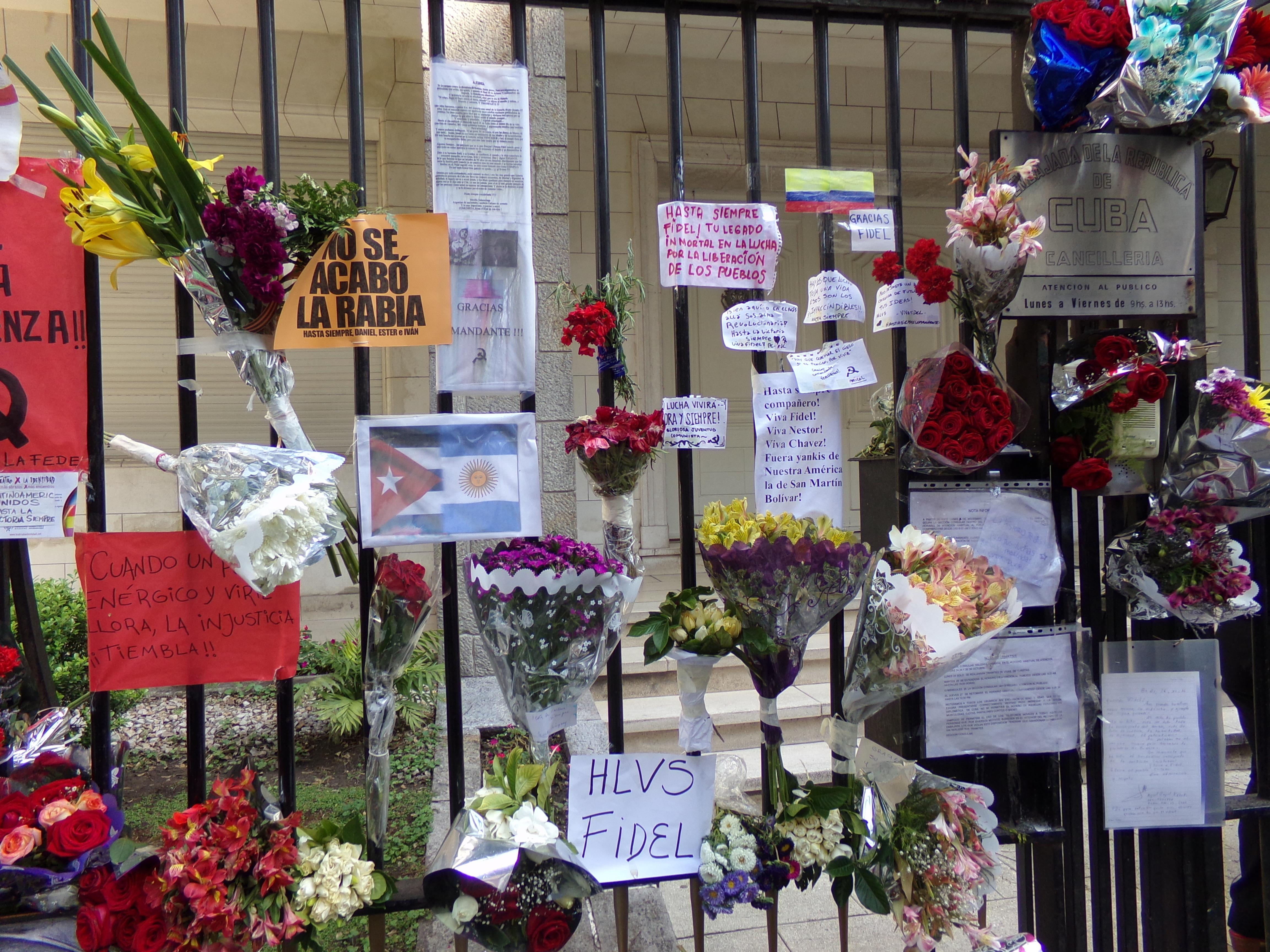 Homenajes a Castro en la embajada cubana en Buenos Aires, Argentina.