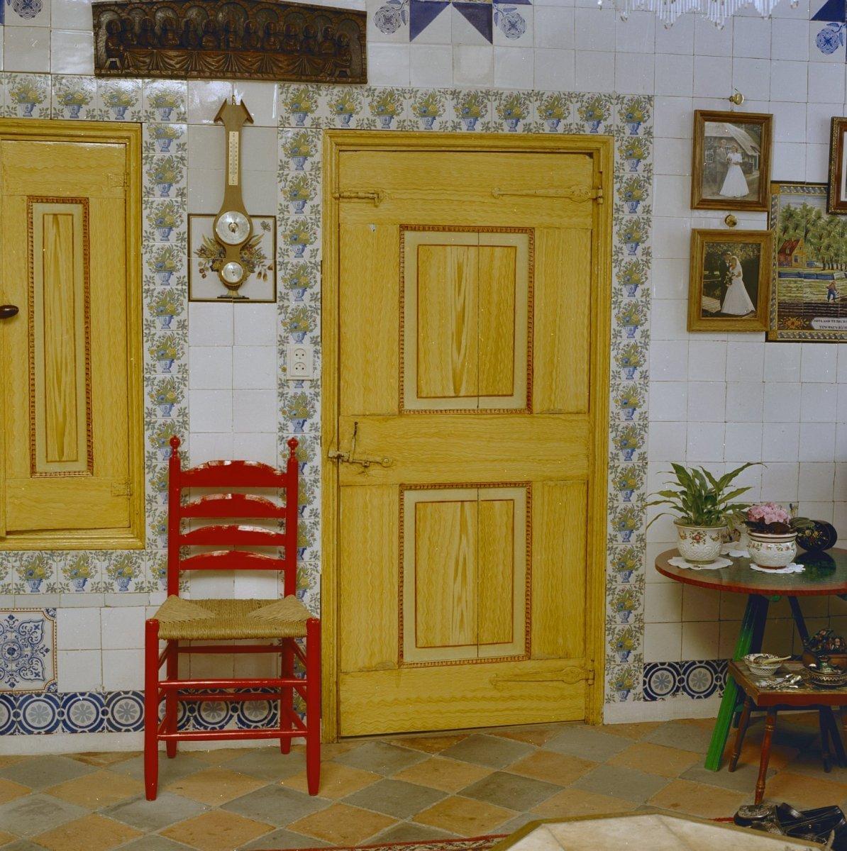 File:Interieur, deur met houtmotief. Achterzijde van de deur is rood ...