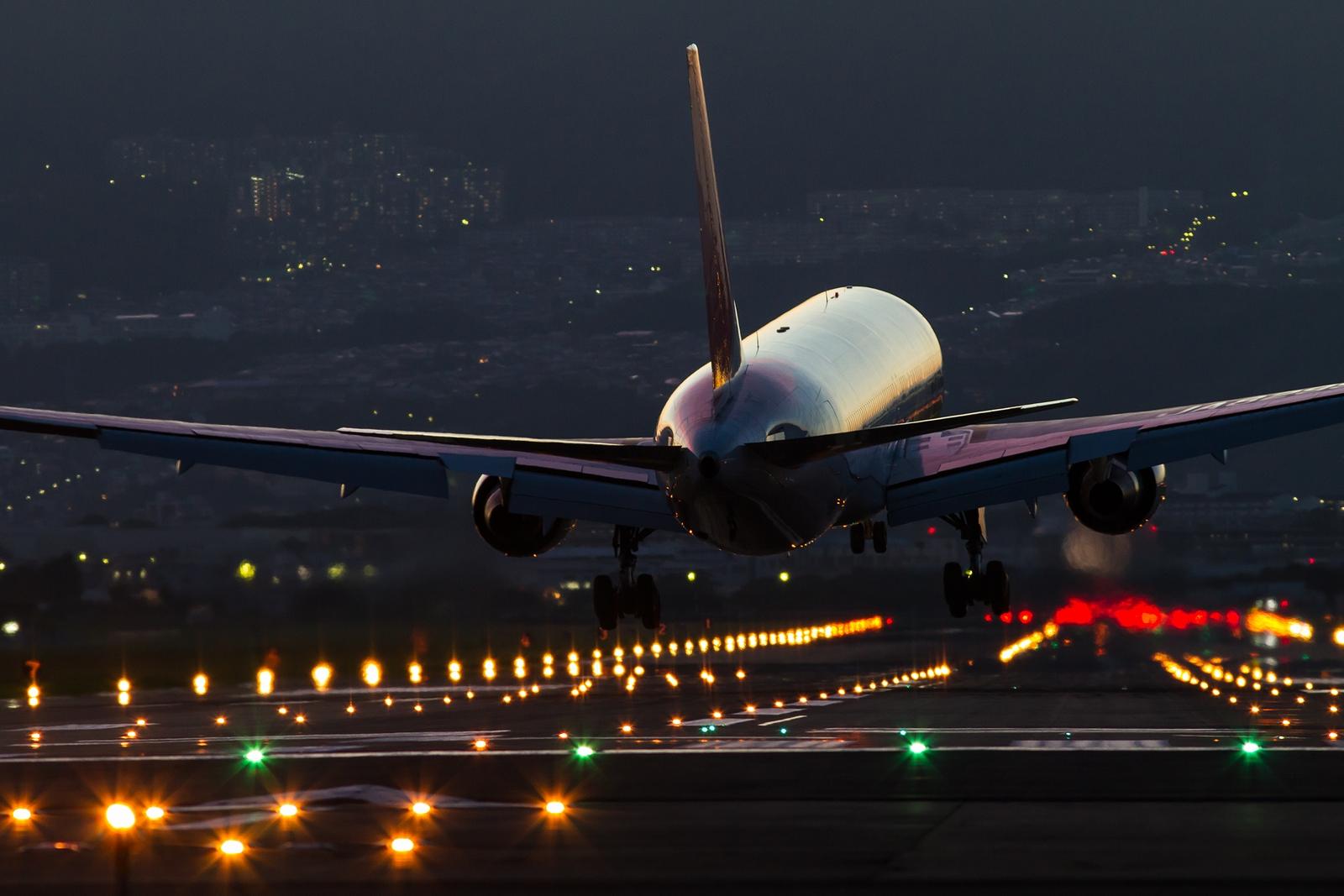 File:JAL Night Landing At Osaka International Airport.jpg