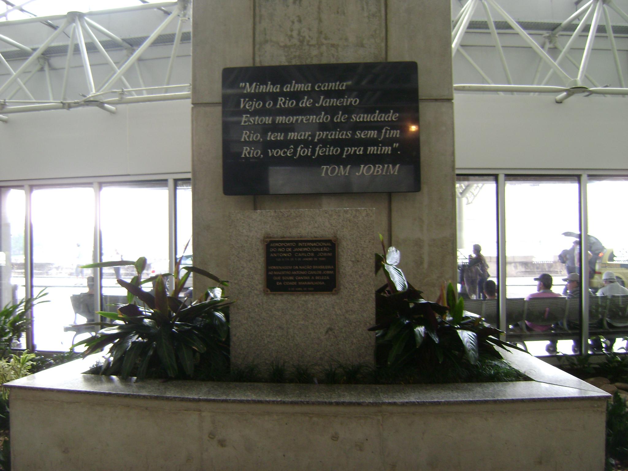 Inscripción en homenaje a Tom Jobim, en el Aeropuerto Internacional de Río de Janeiro «Tom Jobim» (Galeão).