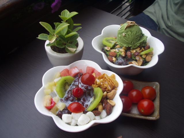 Korean shaved ice-Patbingsu-Nokcha bingsu-Cherry tomatoes.jpg
