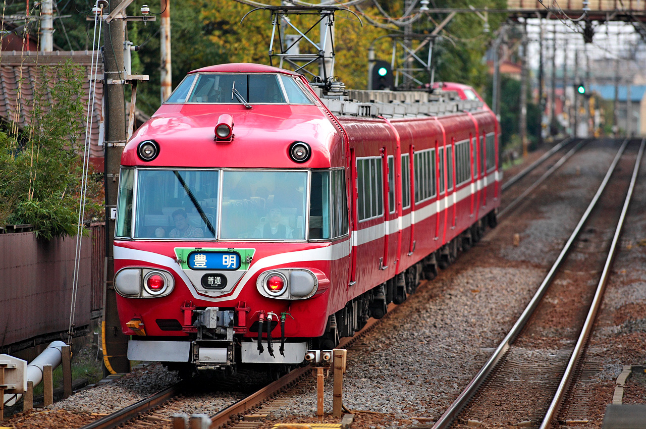 https://upload.wikimedia.org/wikipedia/commons/d/d4/Meitetsu_7000_Series_EMU_048.JPG