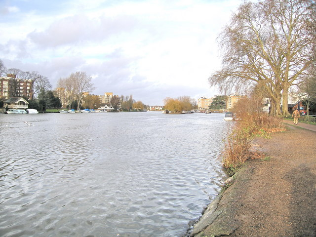 Pleasant Walk along the Thames - geograph.org.uk - 654358
