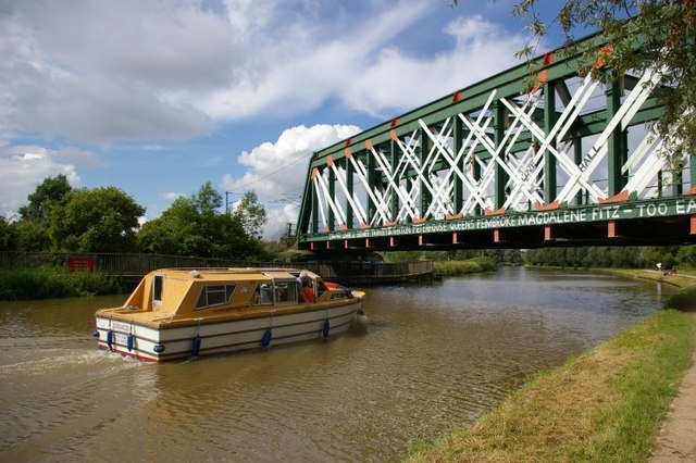 Pleasure boat approaching railway bridge - geograph.org.uk - 470920