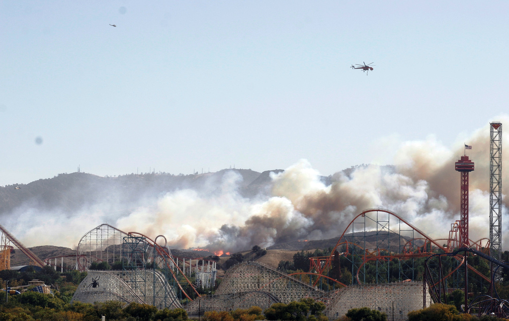 Southern Ca Fire >> File:Six Flags Magic Mountain Wildfire October 2007.jpg - Wikimedia Commons