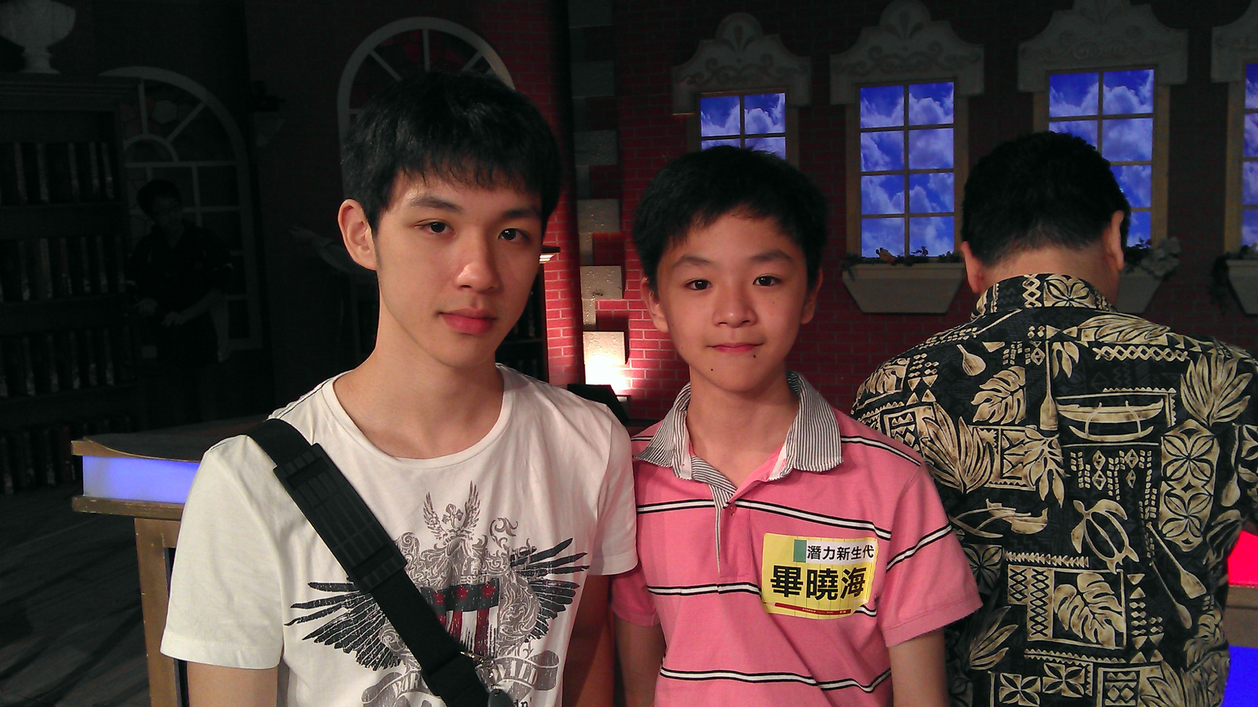 Description the firm actor xiao hai bi with his brother