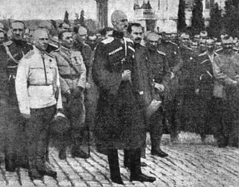 Командующий Добровольческой армией во время молебна. Севастополь. Март 1920 года.