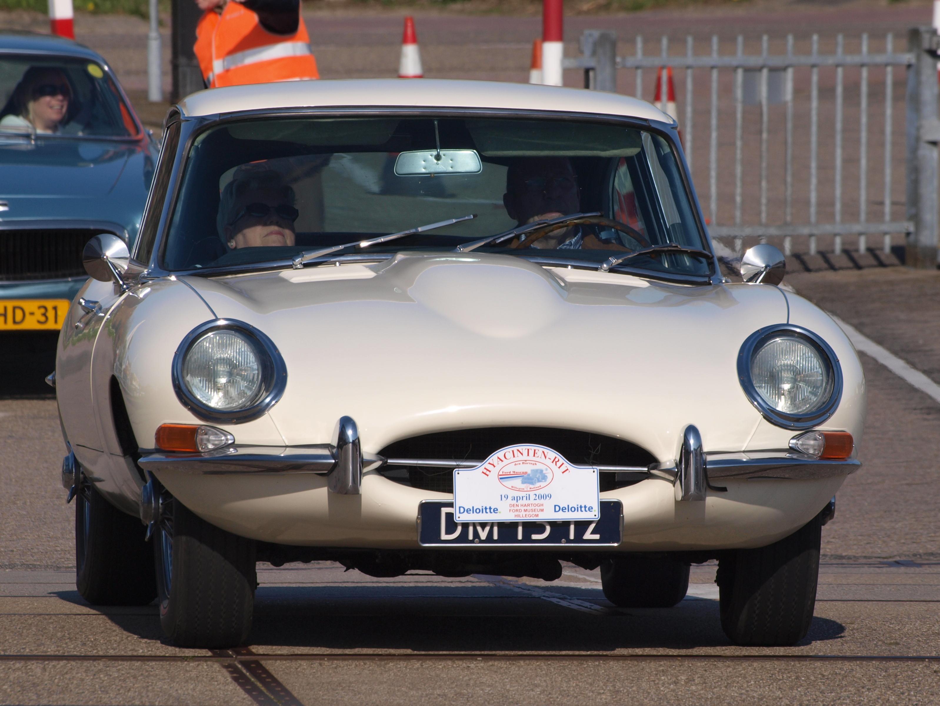 1967_Jaguar_E-TYPE_4%2C2_LITRE_2%2B2%2C_