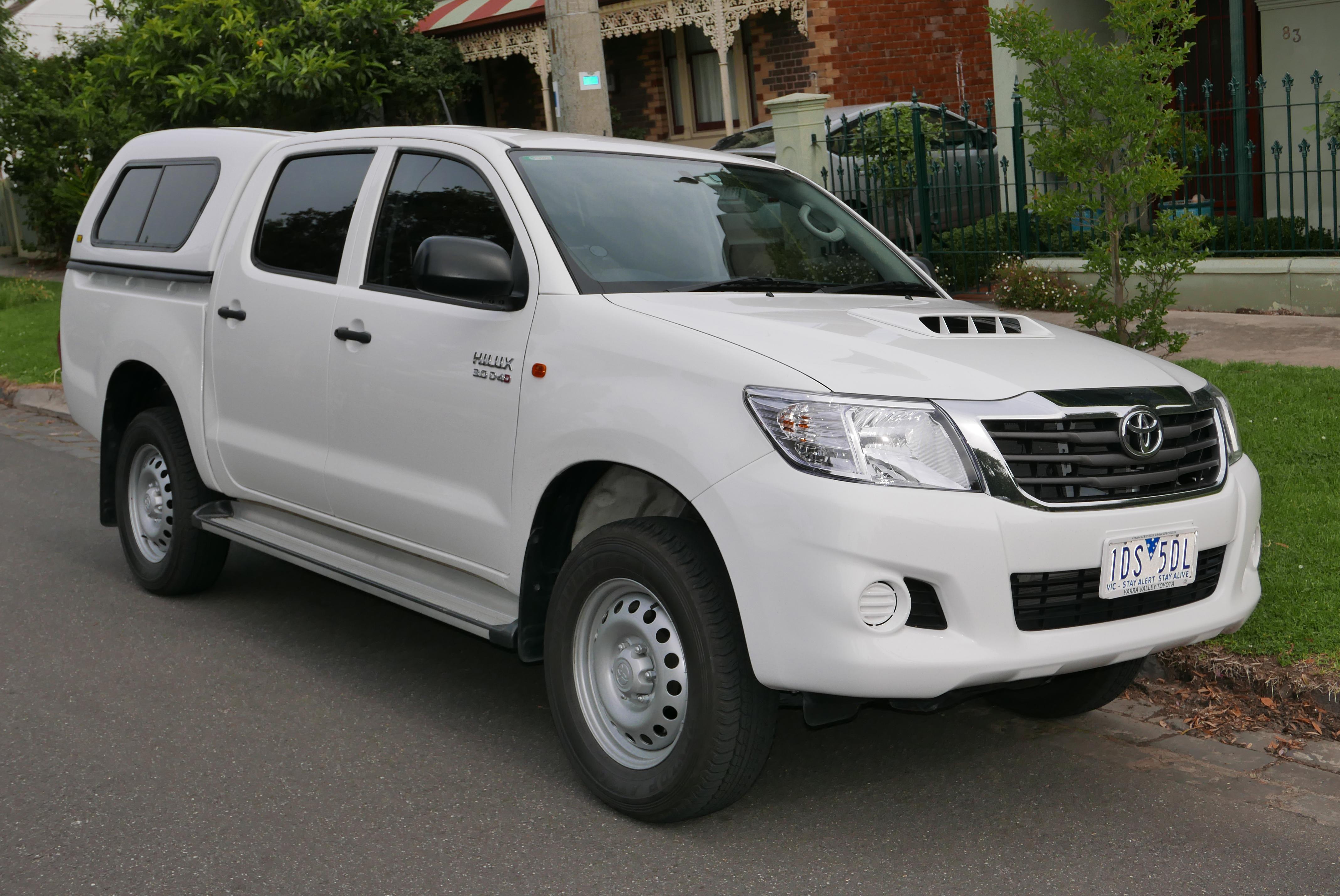 File:25 Toyota HiLux (KUN25R MY25) SR 25-door utility (25-25-25