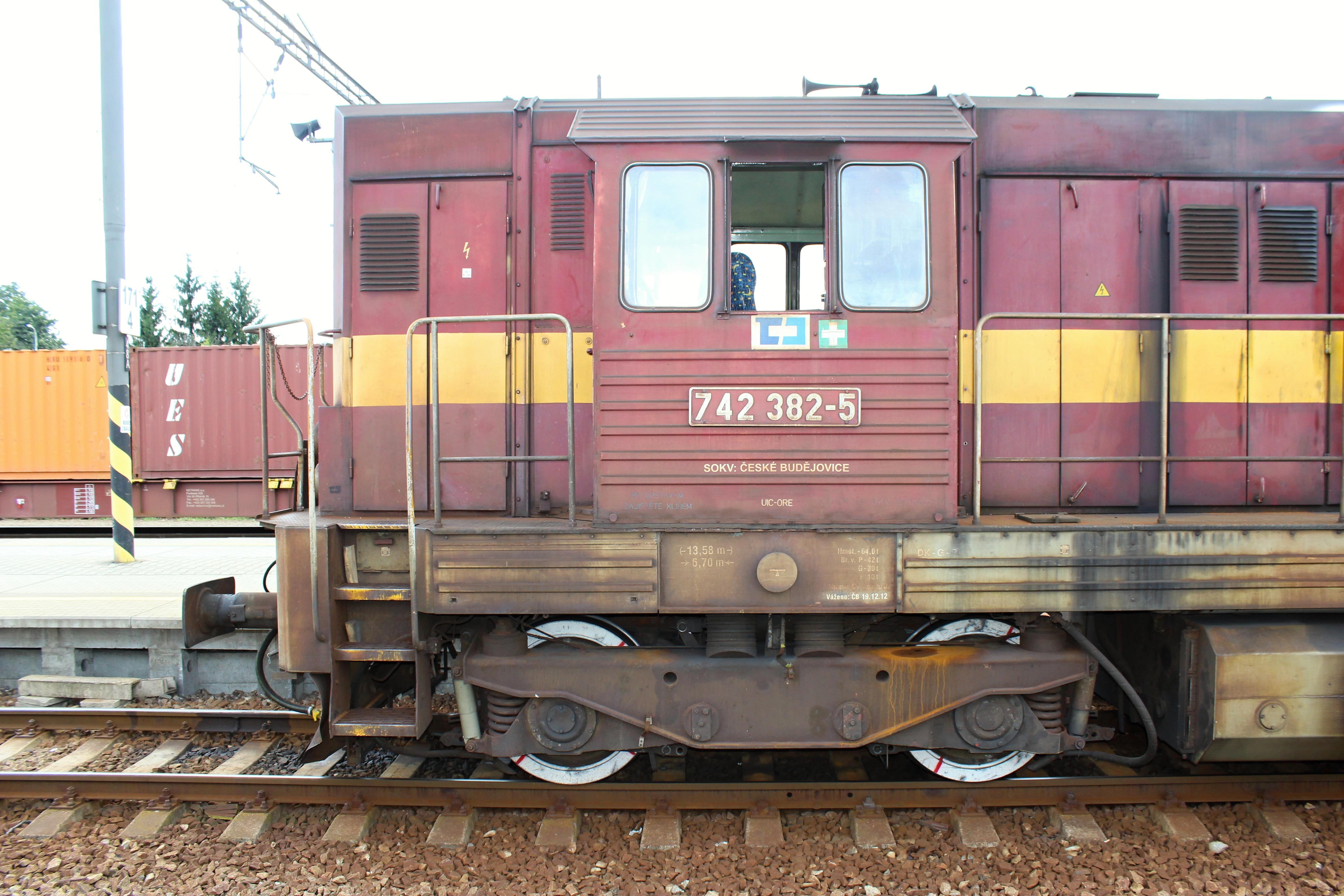 Lokomotiva 742 382 - 5 na nádraží Uhříněves stanoviště strojvedoucího čelně  z