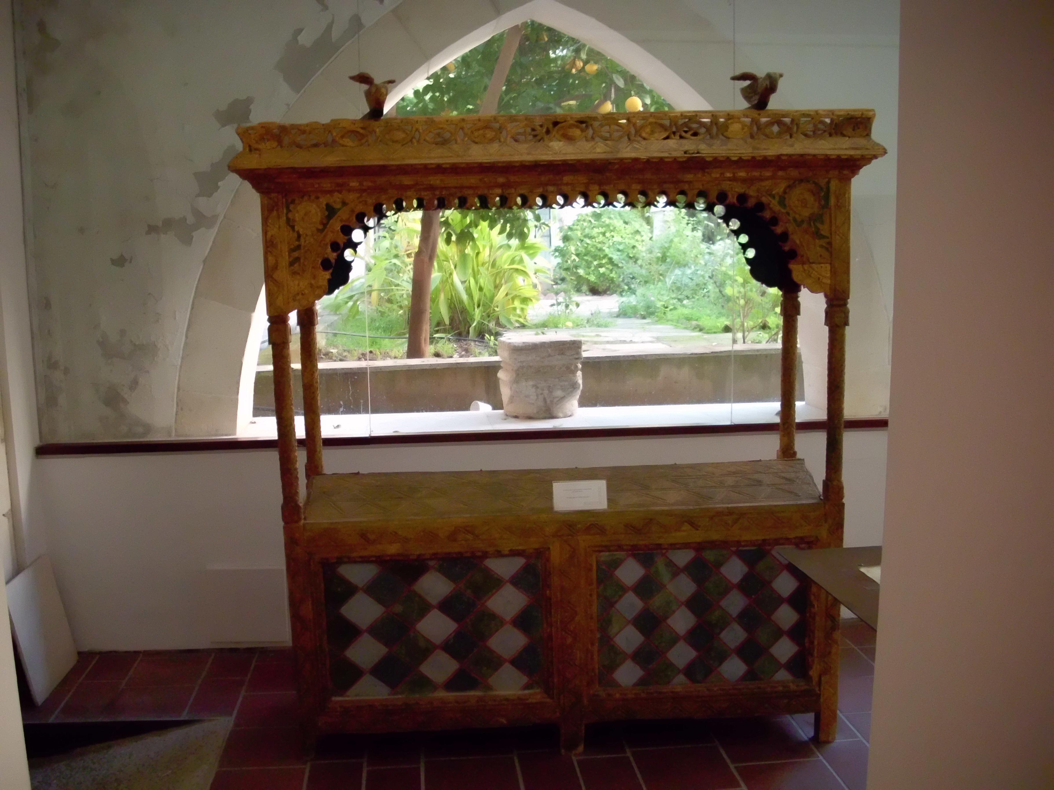 File:Antiker Schrank im Museum - panoramio.jpg - Wikimedia Commons