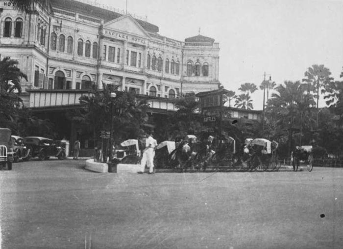 COLLECTIE TROPENMUSEUM Entree van het Raffles Hotel Singapore TMnr 60018239