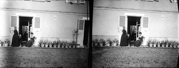 """Fonds Trutat - Photographie ancienne  Cote: TRU C 1321 Localisation: Fonds ancien (S 30)  Original non communicable  Titre: Cottinet, Montastruc, octobre 1905  Auteur: Trutat, Eugène Rôle de l'auteur: Photographe  Lieu de création: Montastruc (Haute-Garonne) Date de création:  1905  Mesures:: 5 x 11 cm  Observations:  Notes de la main de E. Trutat: """"Gaumont""""  Mot(s)-clé(s):  -- Femme -- Costume féminin -- Chaise -- Maison -- Cour -- Fleur -- Pot -- Façade -- Porte -- Volet -- Fenêtre -- Automne -- Assis -- En pied  -- Montastruc (Haute-Garonne) -- Montastruc (Haute-Garonne; canton) -- Midi-Pyrénées (France)  -- 20e siècle, 1e quart  Médium: Photographies -- Négatifs sur plaque de verre -- Stéréogrammes -- Noir et blanc -- Gaumont -- Portraits   numerique.bibliotheque.toulouse.fr/cgi-bin/library?c=phot...  Bibliothèque de Toulouse. Domaine public"""