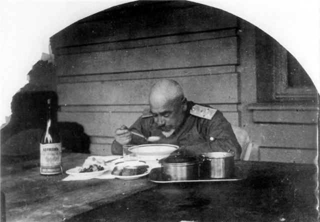 http://upload.wikimedia.org/wikipedia/commons/d/d5/Denikin_on_eleemosynary_dinner%2C_1919.jpg