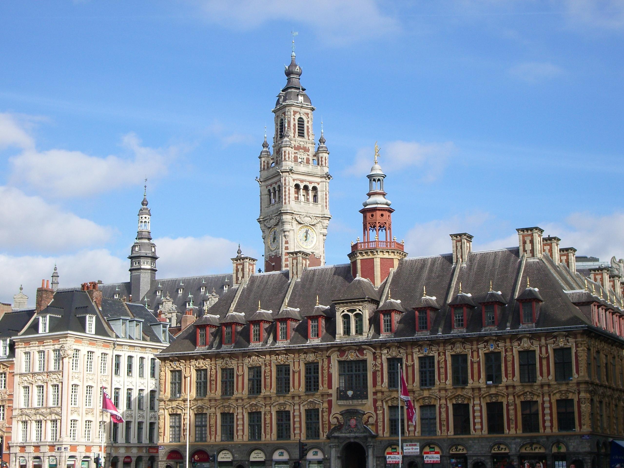 La Vieille Bourse et le beffroi de la Chambre de commerce et d'industrie de Lille Métropole depuis la place du Général-de-Gaulle
