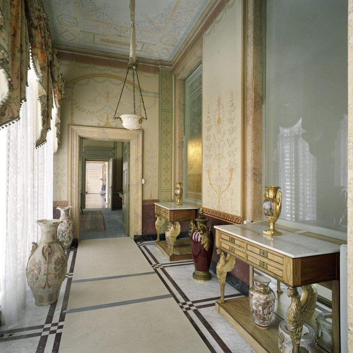 File interieur overzicht van de serre links naast de witte eetzaal met doorkijk naar de - Whirlpool van het interieur ...