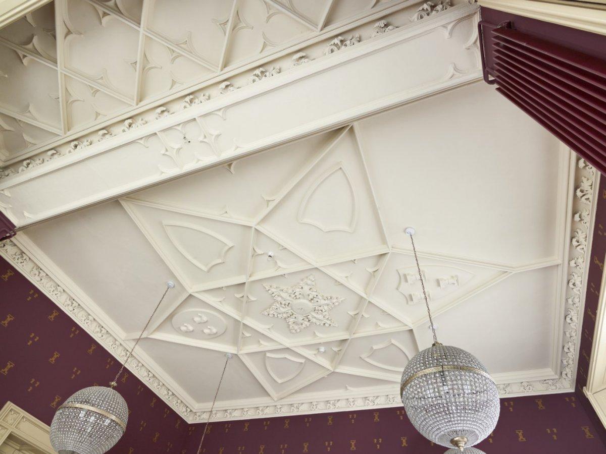 File:Interieur, stucplafond in de neogotische stijl, in de Van ...