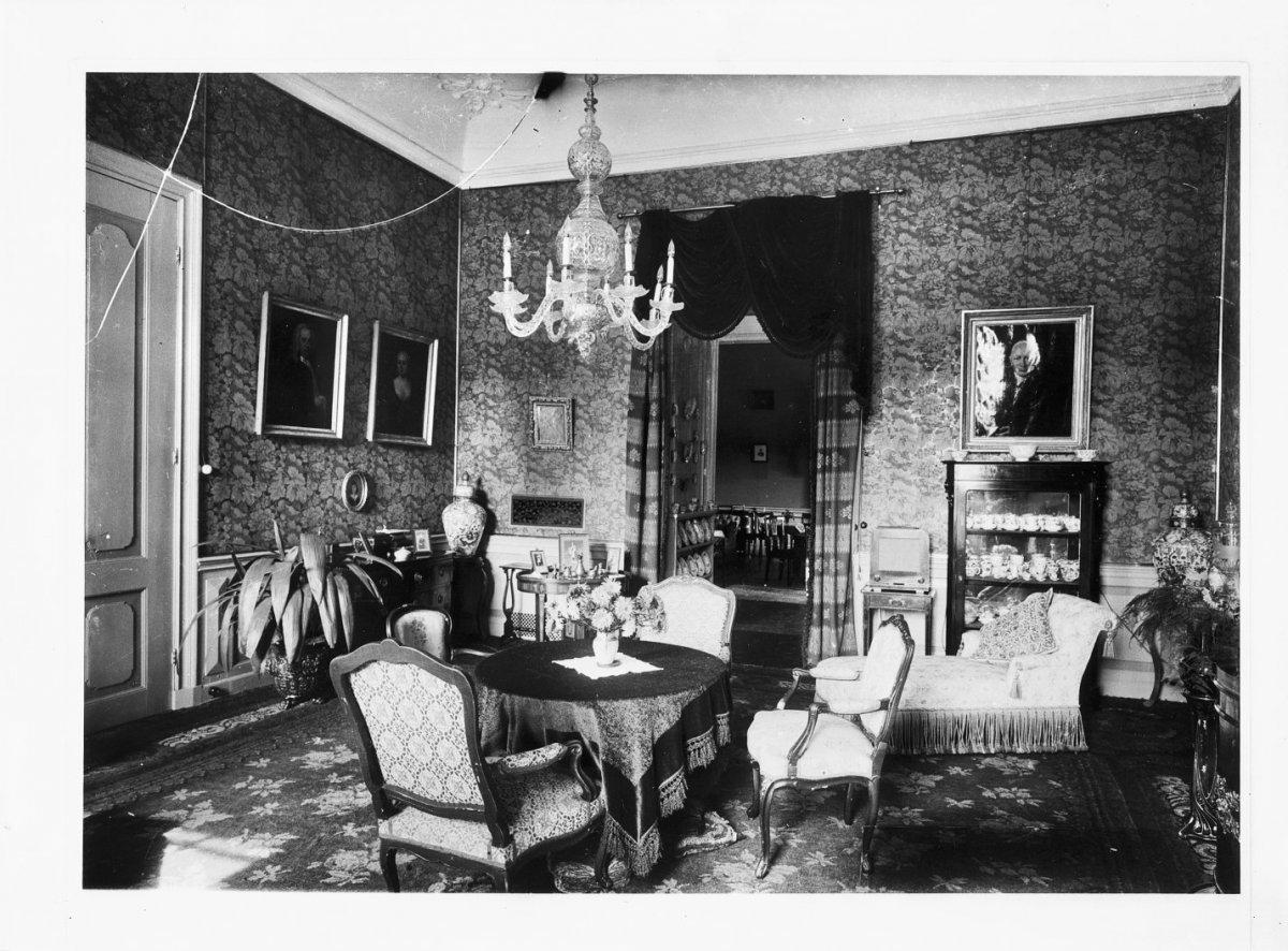 Huis te hemmen huisplaats met ru ne in hemmen monument for Interieur 1930