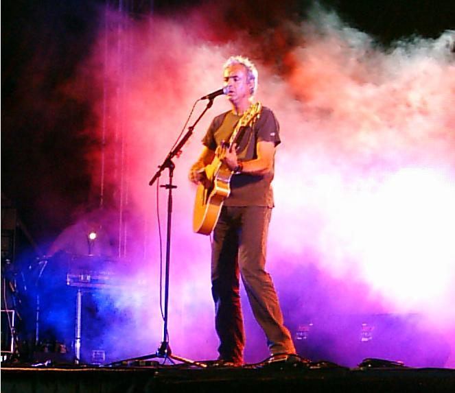 João Gil en concierto con Filarmónica Gil en Sacavém, Portugal, en el año 2005.