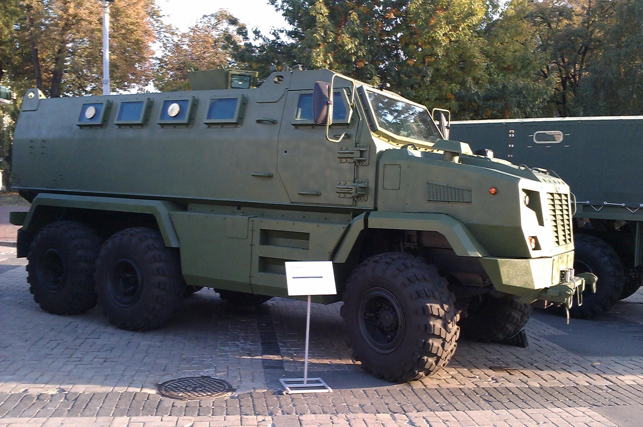 اخر تطورات صفقة مدرعات BTR-4 الاوكرانيه للعراق - صفحة 2 KrAZ_Feona_in_Kyiv