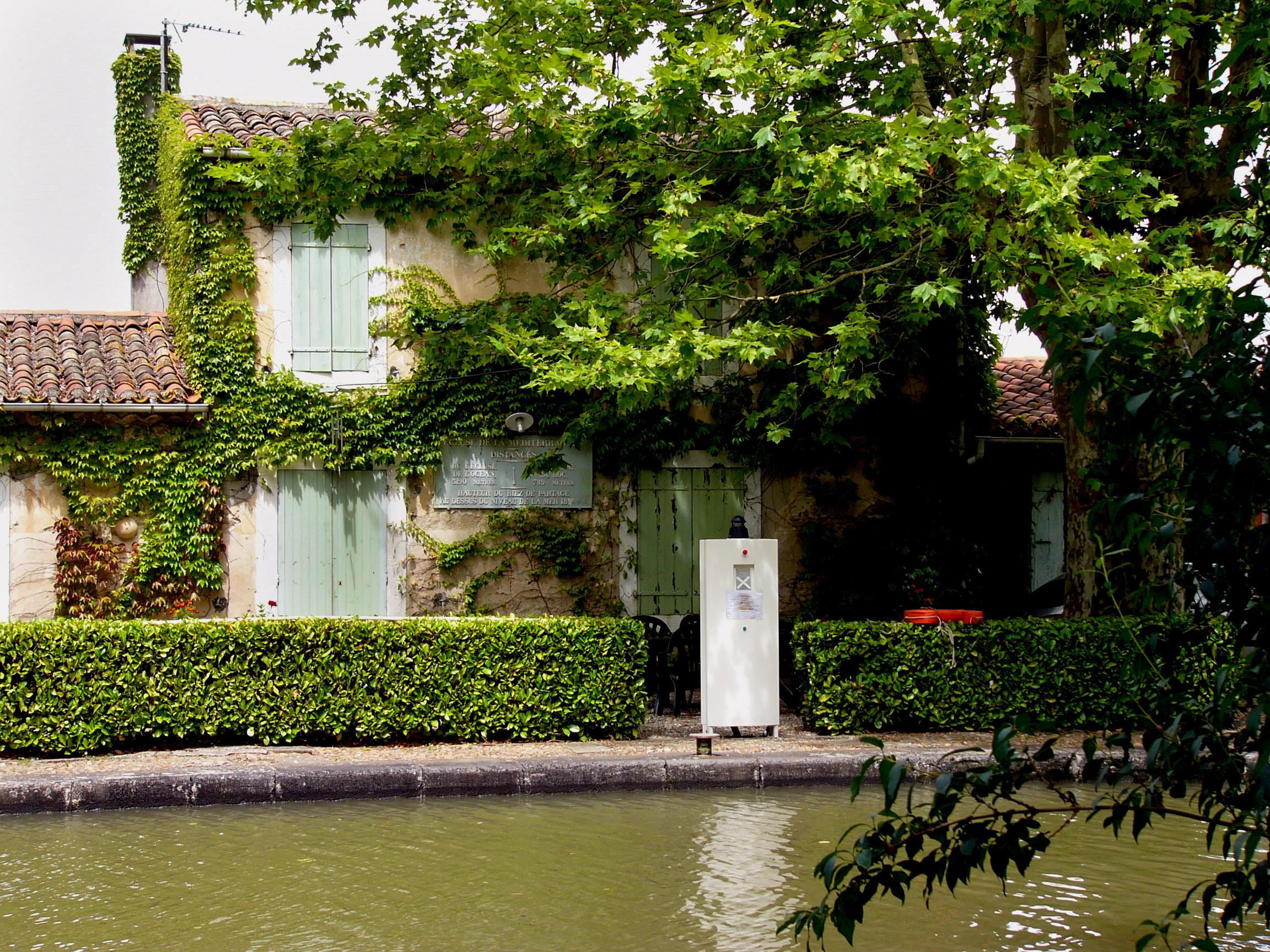 Lock house at Mediterranee Lock on the Canal du Midi.jpg
