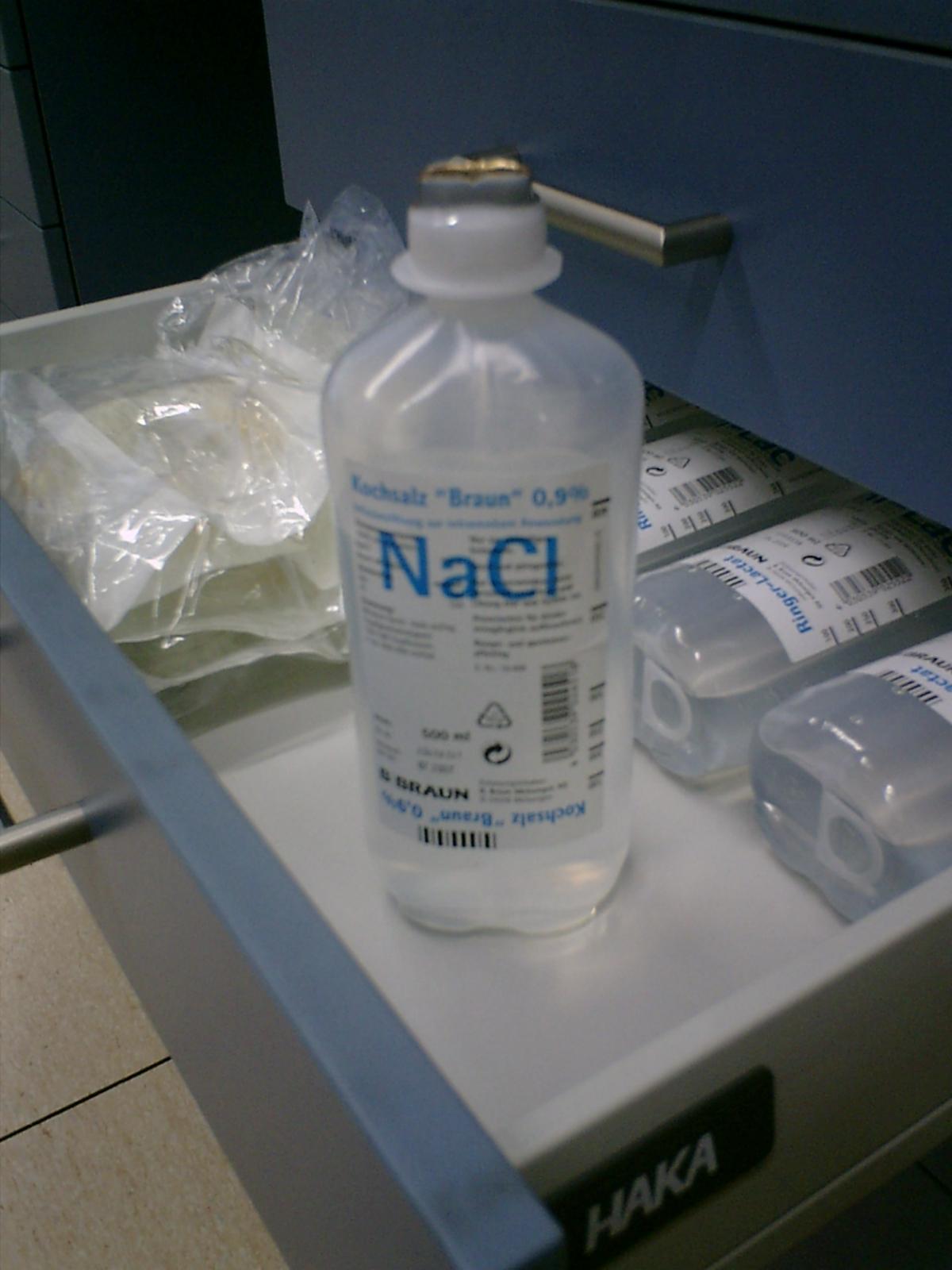 para que sirve la solucion salina hipotonica