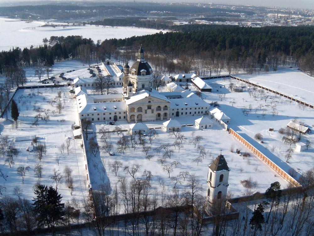 O Mosteiro Pazaislis, um dos mais importantes conjuntos da arquitetura barroca em todo o Leste Europeu, durante o inverno lituano.