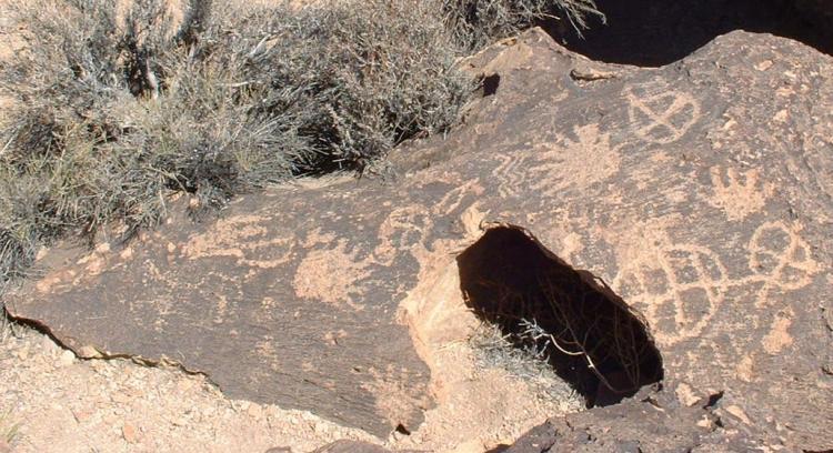 File:Petroglyphs on a Bishop Tuff tableland-750px.jpg