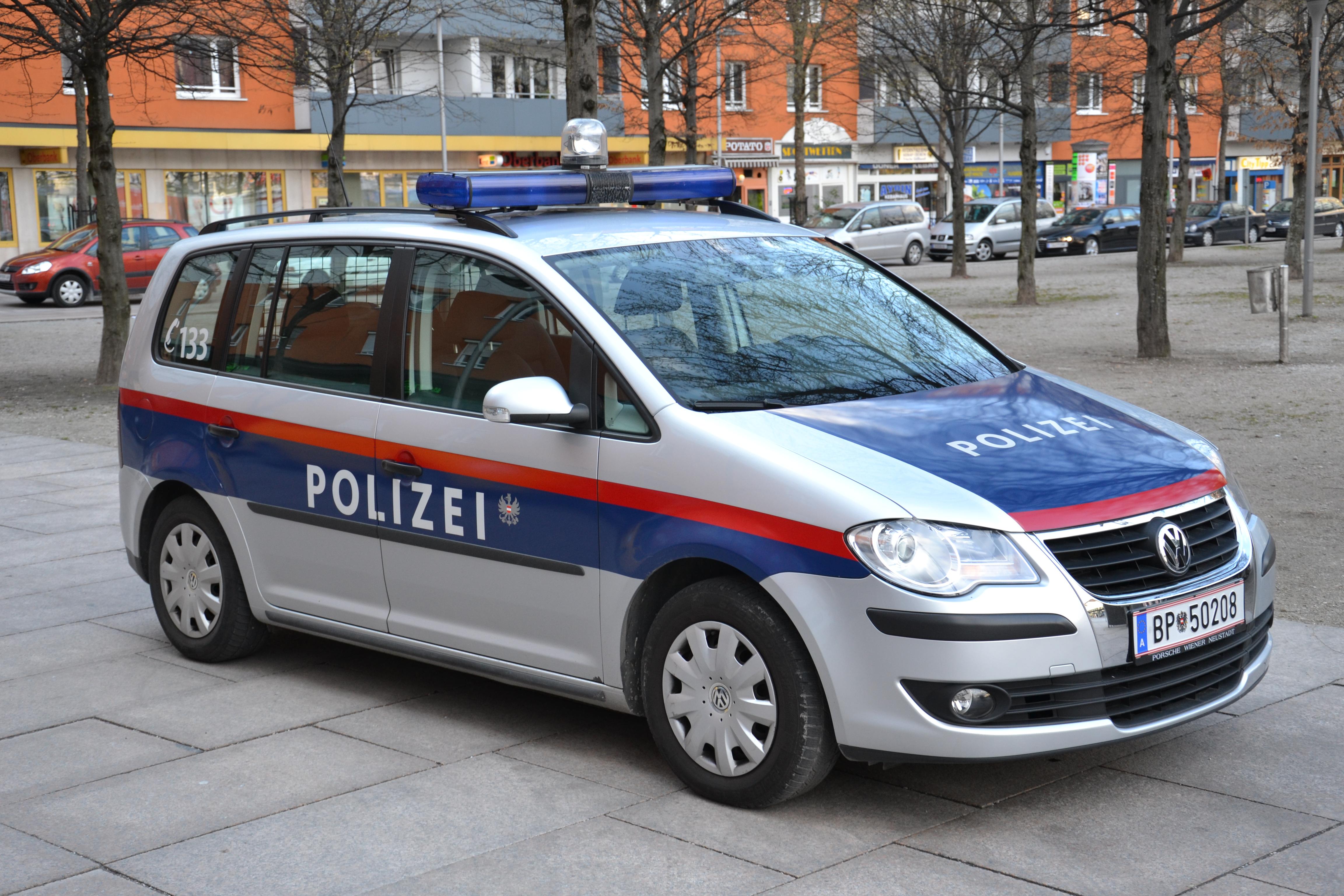 sterreichisches polizeiauto mit blaulichtwarnbalke. Black Bedroom Furniture Sets. Home Design Ideas