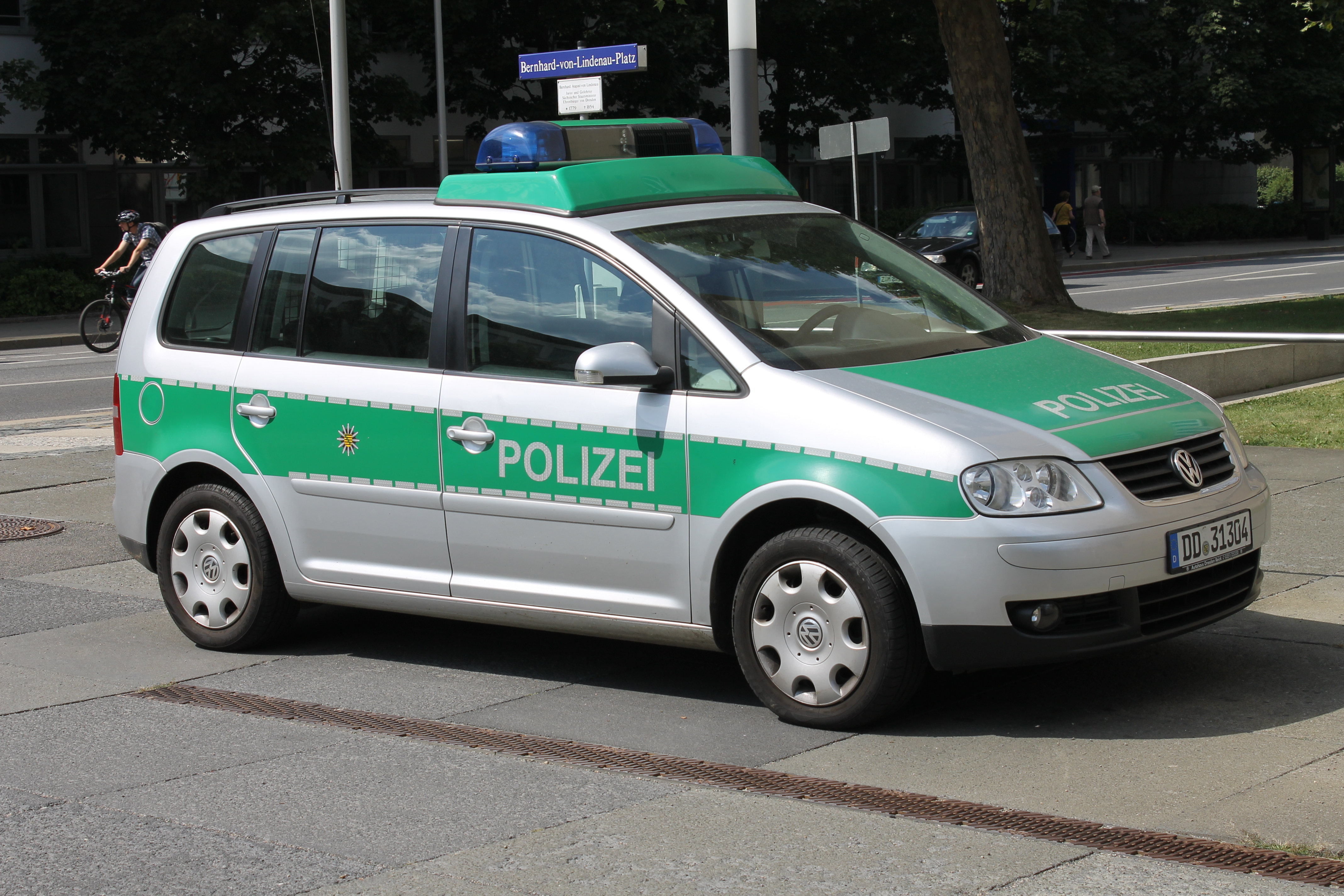 Cars Under 800 >> File:Polizeiauto Dresden.jpg - Wikimedia Commons