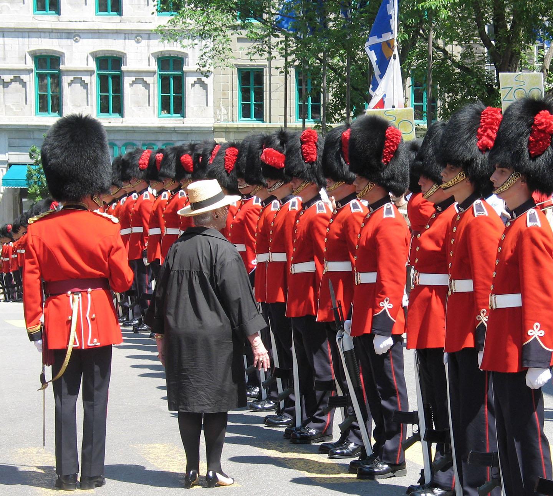 La mairesse de Québec, Andrée P. Boucher inspecte la garde</p>  <pre><code>du Royal 22e Régiment des Forces armées canadiennes