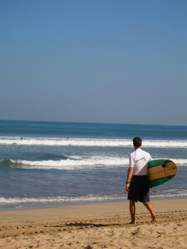 https://upload.wikimedia.org/wikipedia/commons/d/d5/Ready_to_surf_the_waves_of_Kuta%2C_Bali.JPG