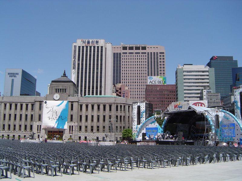 http://upload.wikimedia.org/wikipedia/commons/d/d5/Seoul-City.Hall-Hi.Seoul.Festival-02.jpg
