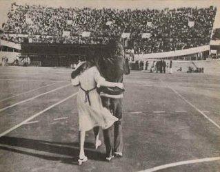 Spinetta abrazando a Cristina Bustamante durante el festival B.A. Rock I en noviembre de 1970. Permaneció con ella hasta 1972 y fue la inspiración de varias de sus canciones.