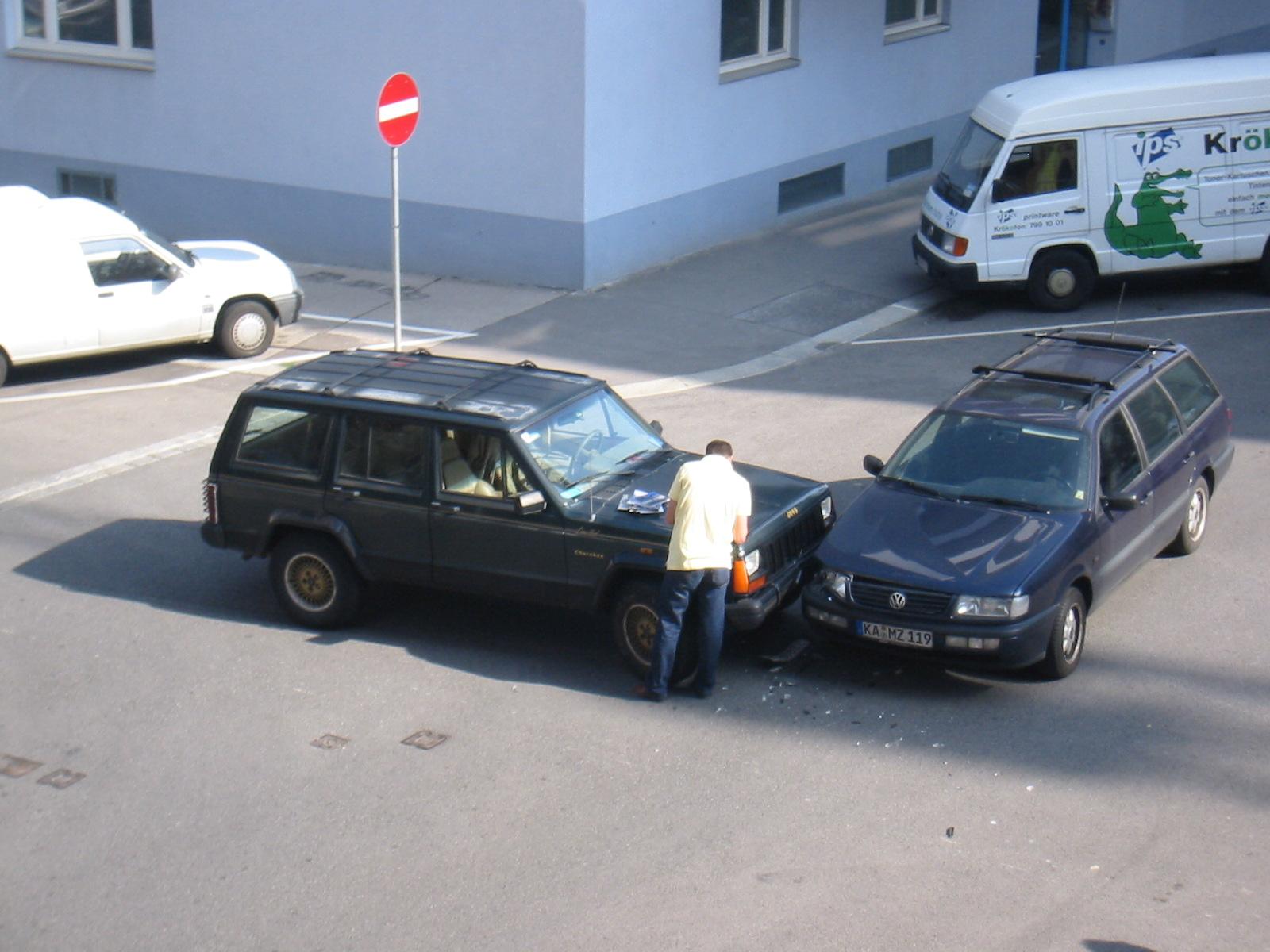 File Vw Passat And Jeep Xj Crashed Jpg Wikimedia Commons