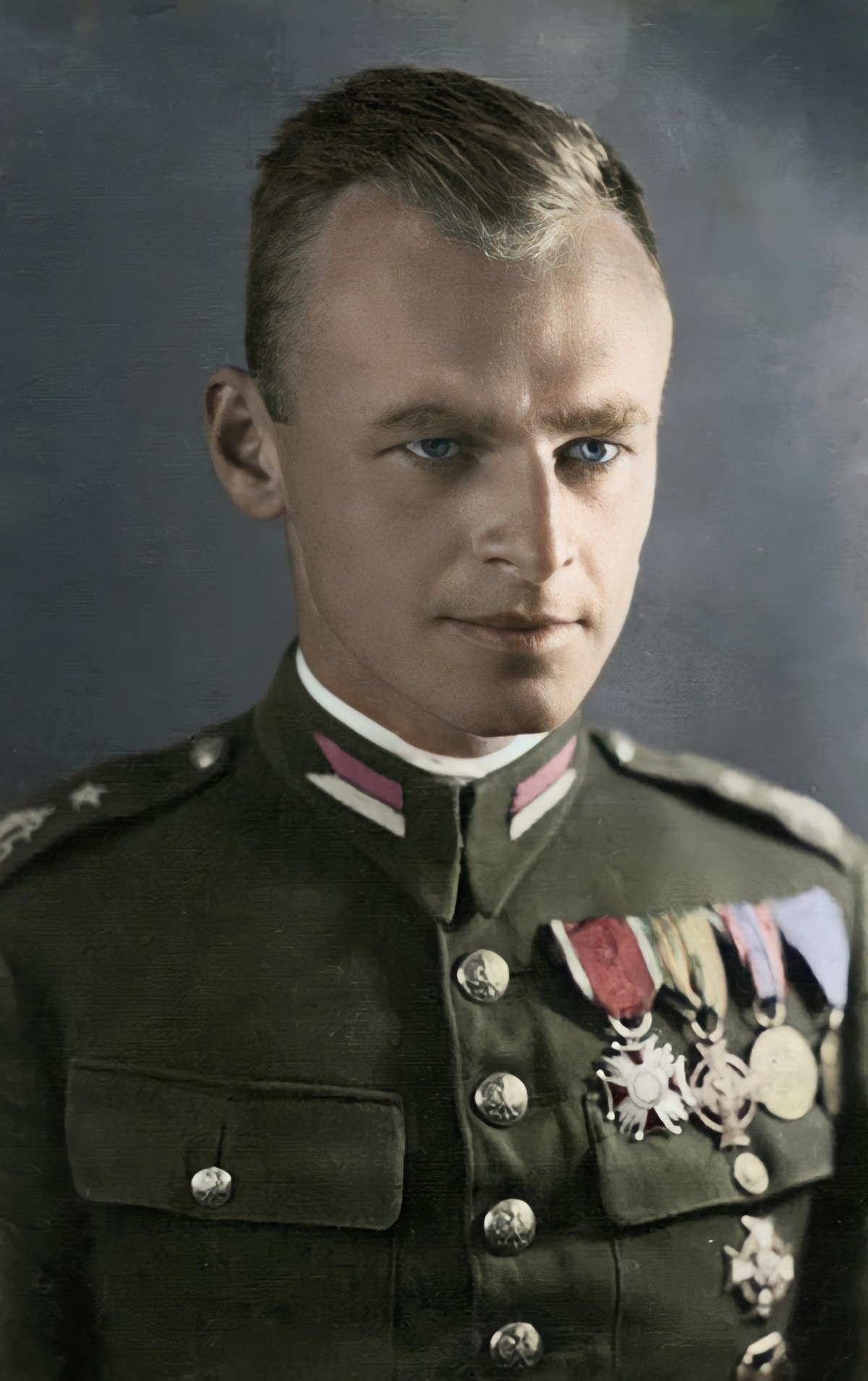 https://upload.wikimedia.org/wikipedia/commons/d/d5/Witold_Pilecki_in_color.jpg