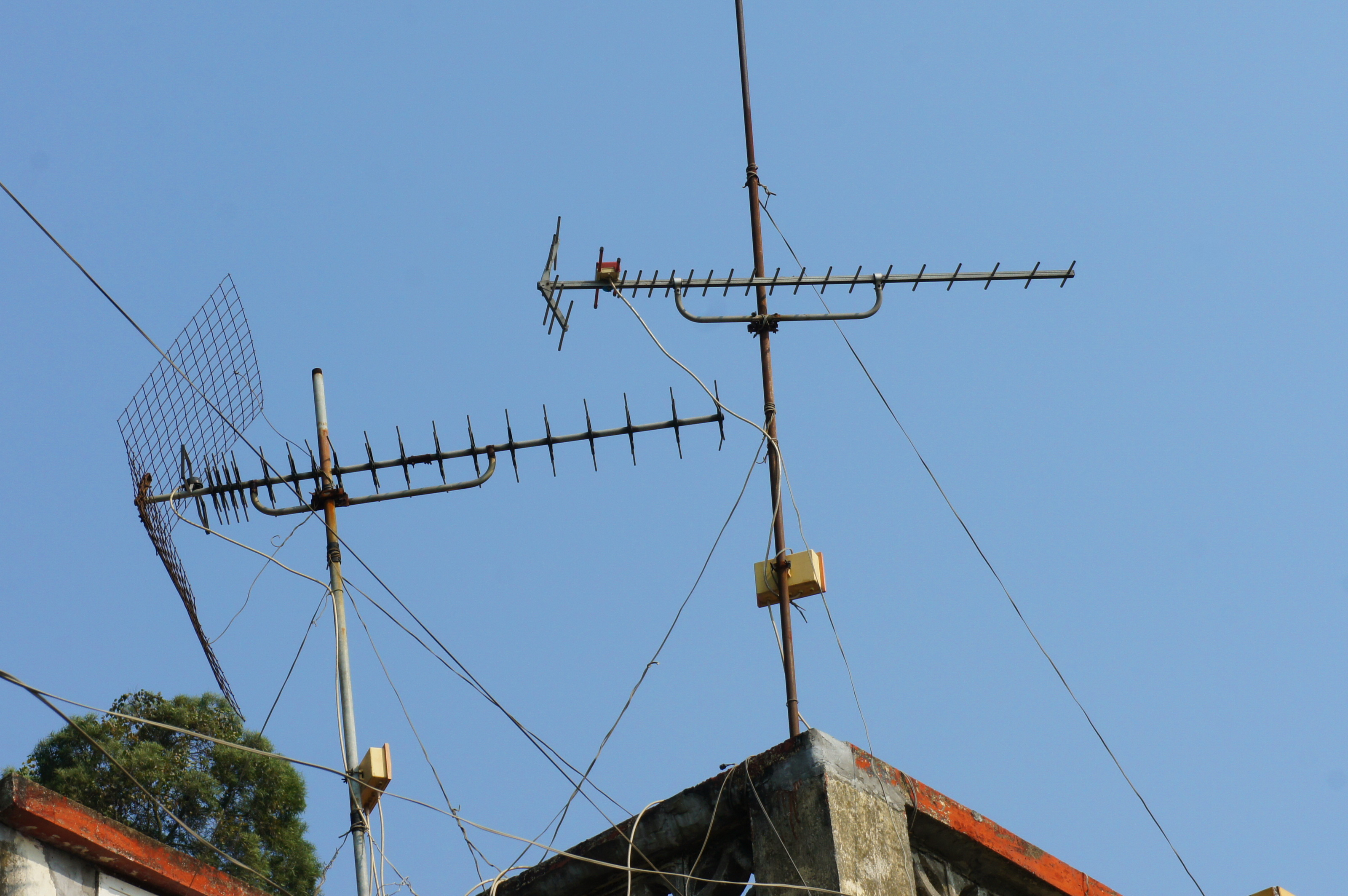 A pair of Yagi-Uda antennas on top of a roof, photo credit: https://commons.wikimedia.org/wiki/File:Yagi-Uda_antenna.JPG