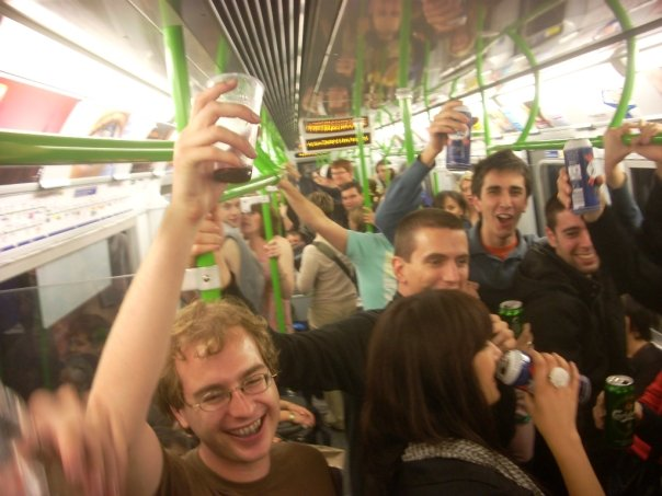 Une fête étudiante dans un wagon de train