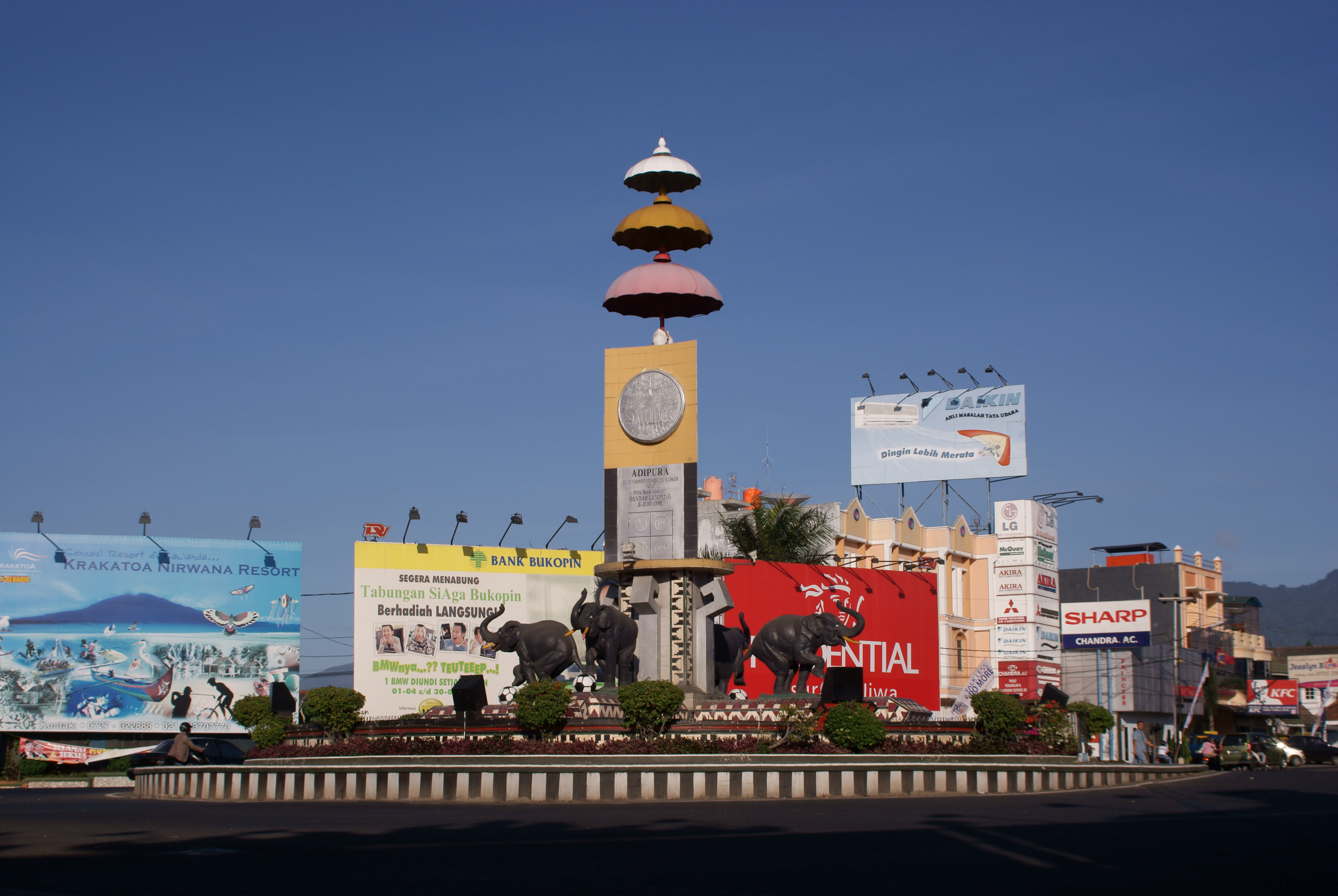 Bandar Lampung Indonesia  city images : Bundaran Tugu Adipura Bandar Lampung Wikipedia, the free ...