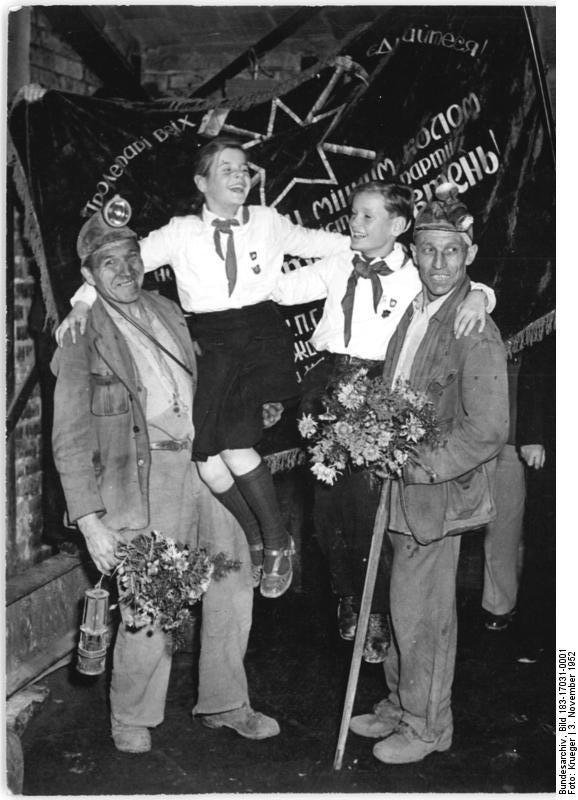 Пионеры и шахтёры во время съёмок советско-германского фильма «Знамя Кривого Рога», 1952 год.