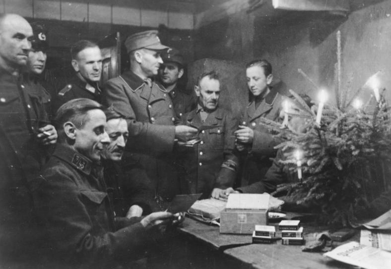 Bundesarchiv_Bild_183-J28377%2C_Volkssturm_feiert_Weihnachten.jpg